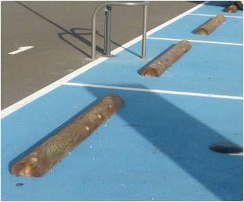 Grandes but es de stationnement en demi rondins solution for Rondin de bois pour escalier exterieur